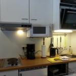 Küchenzeile mit Geschirrspülmaschine, Kochfeld, Backofen und Mikrowelle