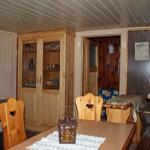 Jagdhütte innen mit Blick auf Minibar und Schrank