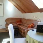 Aufenthaltsraum mit Esstisch, Sitzecke, TV und Internetradio